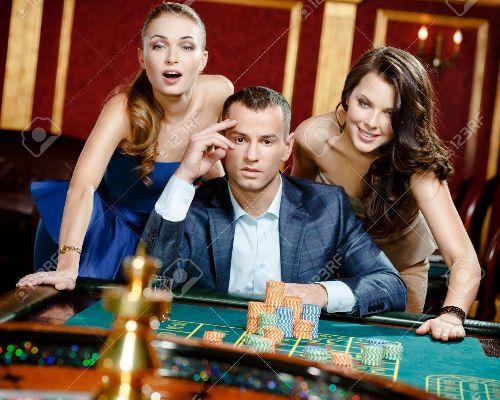 18077018-homme-avec-deux-femmes-jouant-à-la-roulette-au-casino-la-dépendance-à-l-jeu-
